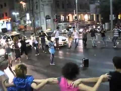دبكة فلسطينية وسط تل ابيب المحتلة