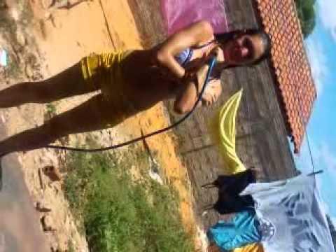 Elenice silva no quintal tomando banho de mangueira