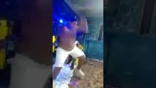 Dançando com a coeca enfiada na bunda