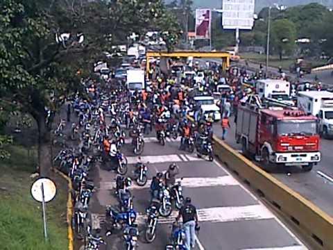 Saqueo de Gandola en Autopista Francisco Fajardo