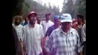 القبيلة وعائلة قتيل أجدير ينقلون جثته من موقع الجريمة