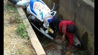 Detik - Detik Kecelakaan Road Race Pembalap Jatuh Nyemplung ke GOT