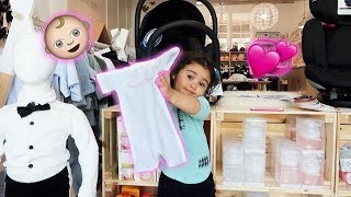 ELLE PICKS OUT HER LITTLE SISTERS FIRST OUTFIT!!! (SUPER CUTE)
