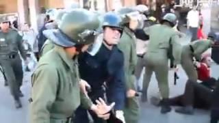 رجال الأمن بالمغرب يقومون بضرب المواطنـيـن الحاصلين على الدكتورة في انتظار الشغل (الحكرة عاين باين)