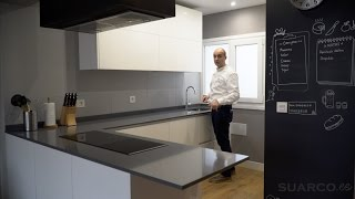 Video de cocinas modernas blancas abiertas al salon con perfil gola y encimera de silestone