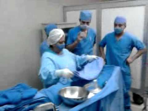 Colocación de bata quirurgica vestida de la mesa de mayo y de riñon