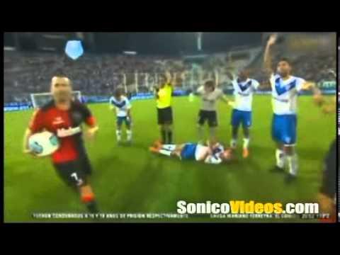 Jugador de futbol convulsiona en pleno partido de futbol