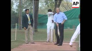 Bush plays cricket, Pakistan
