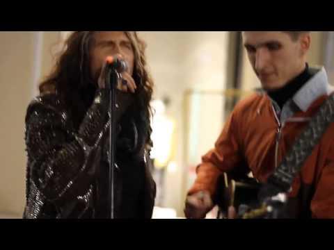 Xxx Mp4 Un Artista Di Strada Canta Gli Aerosmith Ma Non Sa Che Steven Tyler È Dietro Di Lui 3gp Sex