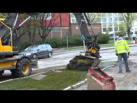 Digging up a burst hot water pipe in Linköping Sweden