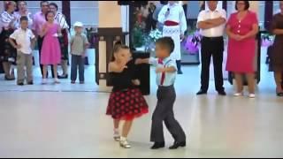 Taniec dwójki dzieci
