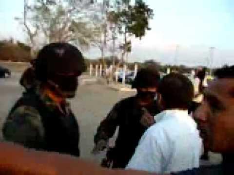 FES del Ejercito intentan rescatar a oficial ebrio detenido por golpear a un agente de transito