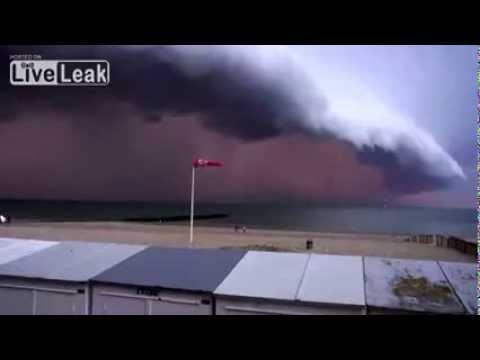 Tempestade ASSUSTADORA causa o pânico a pessoas junto ao mar
