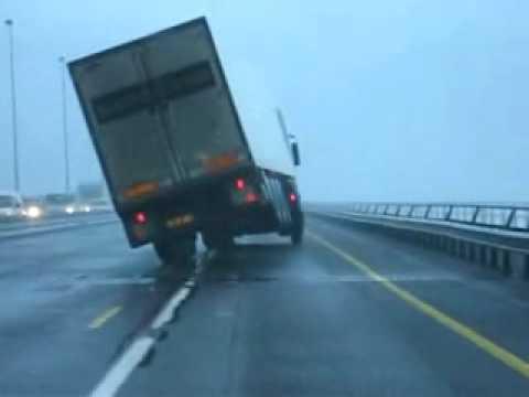 Não ande com caminhão bau em uma tespestade