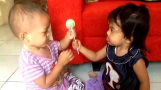 berbagi permen lolipop candy (refania & aira) funny kid play