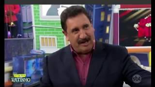 Apresentador Ratinho mostrando a camisa do Iguatu em seu programa ao vivo no SBT