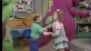 Barney cantandole al Peje