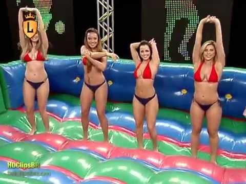Chicas brasileras jugando futbol con jabon.