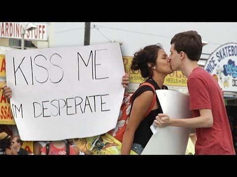 Salió con un cartel pidiendo besos y mira lo que pasó Besame estoy desesperado