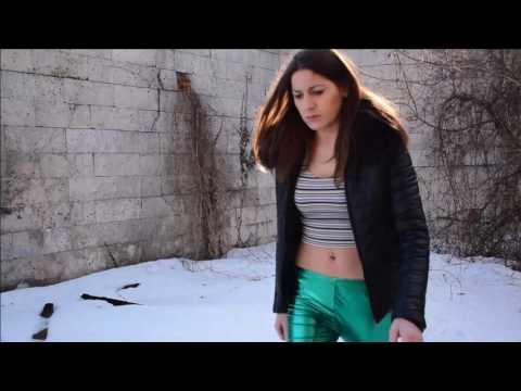 Hot sexy NiNA in grEEn wetlook leggings and black high heels