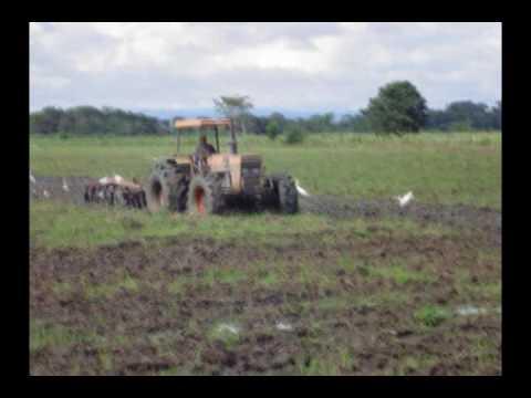 tractor valtra valmet batiendo fango con rastra TractoAgro de Costa Rica