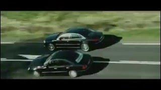 مشهد مطاردة أكشن من فيلم، بين سيارتي مرسيدس وأودي