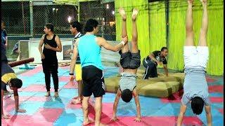 نسر الكونغ فو يساعد تلاميذه المبتدئين علي تعلم هاند ستاند - جمباز Handstand Training
