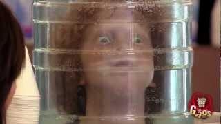 L'enfant dans la bouteille d'eau