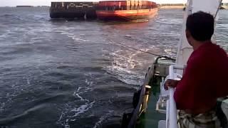 Video Barisan kapal tugboat tarik tongkang masuk alur banjarmasin pasca tubrukan KM.Sinar Panjang