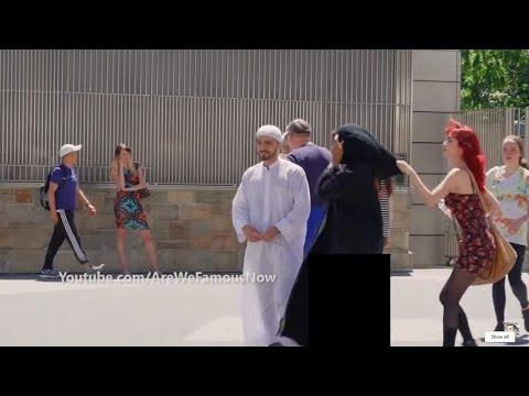 امراة اجنبية تسحب حجاب عن امراة عربية امام زوجها في شوارع امريكا