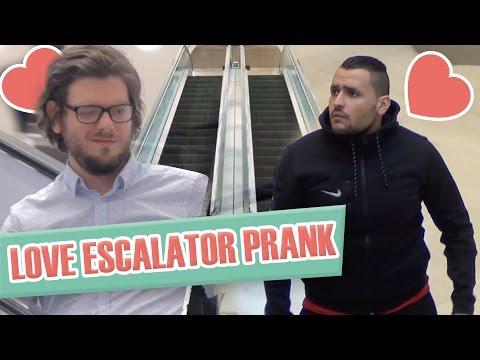 Pranque coup de foudre entre hommes en escalator Love escalator prank G. Guillotin J. Demayo