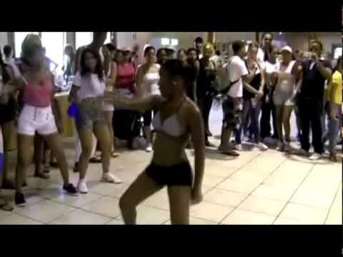 Menores desacata bailando Dike el chaleco