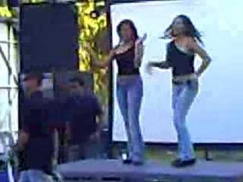 Chicas bailando en la UAQ informatica