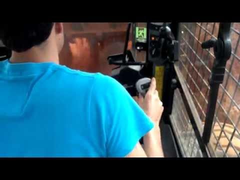 Visão interior de uma bobcat trabalhando Mini carregadeira NEW HOLLAND L218