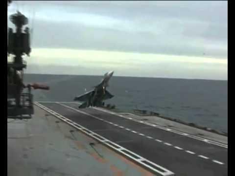 Süper bir iniş iptali. Pilot son anda uçak gemisine ini ...