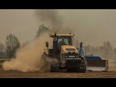 Big earth moving with CHALLENGER MT865B & CLAAS Axion950
