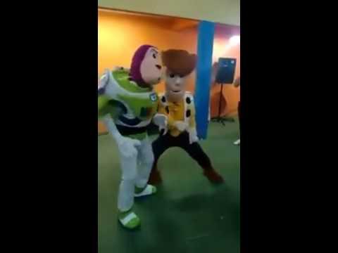 Personagens de Toy Story dançando funk em Festa infantil