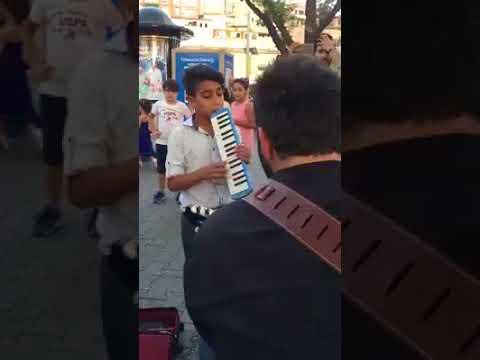Üsküdar'da Enstrümanı İle Sokak Sanatçılarına Eşlik Eden Çocuk :)