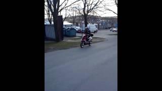 Jenny provar sin nya moped