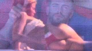 Shakira arrascandose el culo