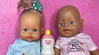 Сестра играет шумными игрушками и мешает куклам спать