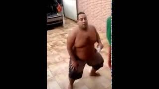 gordo balançando as teta