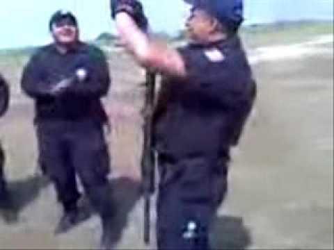 policias bailando al ritmo de la cumbia