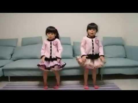 Niñas japonesas bailando.