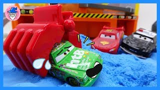 Disney Pixar Cars 3 Lightning McQueen, play on the construction site playset for kids.