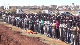 شاهد صلاة جنازة تسقط فيها قذيفة ولم يتركوا الصلاة ( مدينة درعا سوريا )