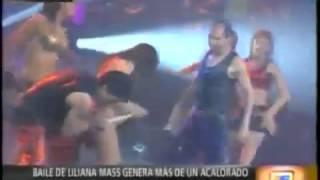 Dançarino tira calcinha de dançarina no palco