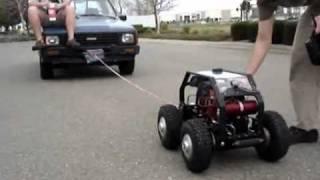 Carro de controle remoto puxa caminhonete de verdade com passageiro | Coisas da Vida
