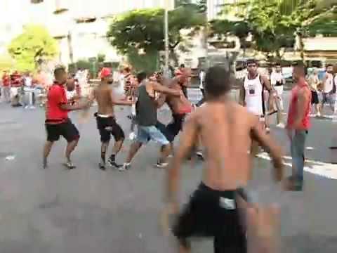 Pancadaria de torcidas do Flamengo no Maracana no Rio.wmv