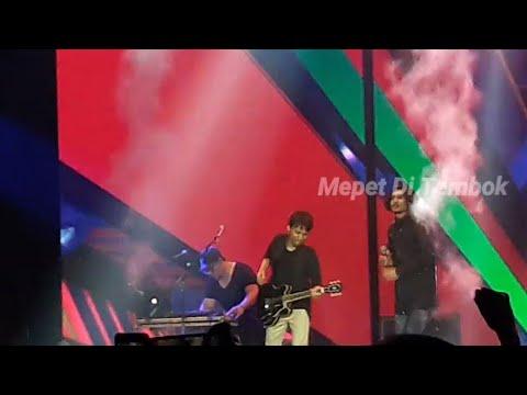 Waduh!! Duta Sheila on7 Kena Percikan Api Pas Lagu Sahabat Sejati || Konser Ayo! Indonesia Bisa
